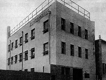 The newly constructed Hanwa head office building in Osaka in November 1951 stood at the same location of the present building.